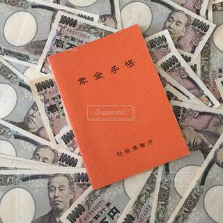 お金と年金手帳の写真・画像素材[2406290]