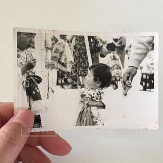 人の写真を持つ手の写真・画像素材[2406330]