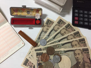 通帳と判子とお金と電卓と財布の写真・画像素材[2431174]
