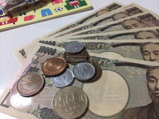 通帳と判子とお金の写真・画像素材[2431180]