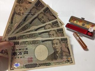 判子とお金と手の写真・画像素材[2431199]