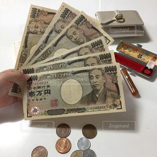 財布と判子とお金と手の写真・画像素材[2431201]