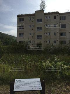 建物の前の看板の写真・画像素材[2468373]