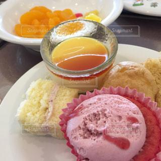 皿の上の食べ物のボウルの写真・画像素材[2468462]