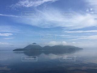 水域の上空の雲の群しの写真・画像素材[2468517]