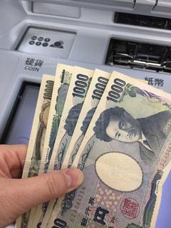 ATMとお金と手の写真・画像素材[2757778]