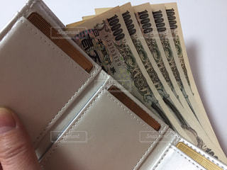 お金、財布を持つ手の写真・画像素材[2946891]