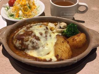 皿の上の食べ物のボウルの写真・画像素材[2949138]