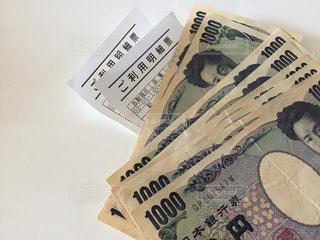 無造作に置いたお金と利用明細票の写真・画像素材[3199658]