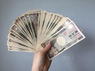 お金を手に持っている人の写真・画像素材[3333488]
