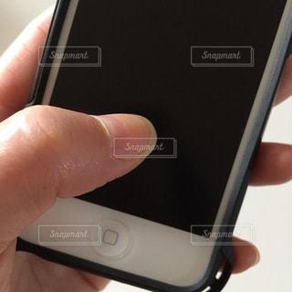 携帯電話を持つ手の写真・画像素材[3334240]