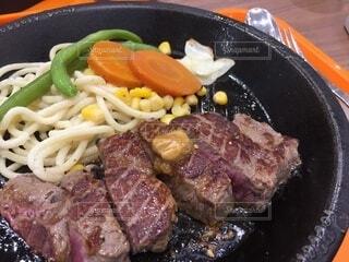 肉と野菜で満たされたボウルの写真・画像素材[3666068]