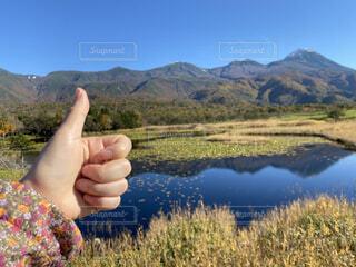 背景に山を抱く手の写真・画像素材[3796877]