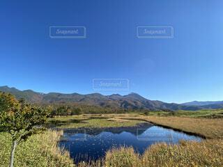 背景に山のある水の体の写真・画像素材[3796883]