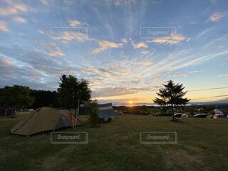 キャンプ場の朝日の写真・画像素材[3821694]
