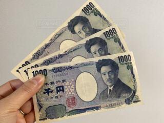 千円札を持つの写真・画像素材[3824807]