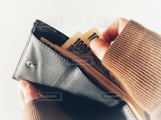 財布を持った手の写真・画像素材[3947674]