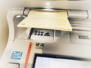 ATMと通帳の写真・画像素材[3996790]