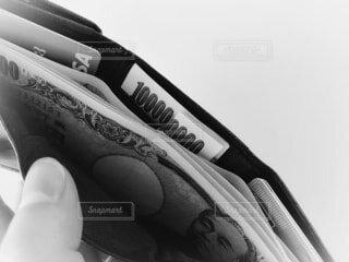 三つ折り財布とゴールドカードと現金の写真・画像素材[4170347]