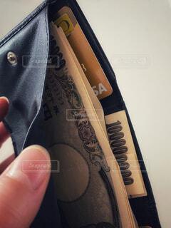 三つ折り財布とゴールドカードと現金の写真・画像素材[4170353]