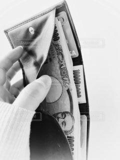 三つ折り財布とゴールドカードと現金の写真・画像素材[4170354]