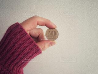 500円硬貨を持っている女性の写真・画像素材[4174073]