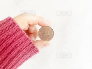 500円硬貨を持っている女性の写真・画像素材[4174074]