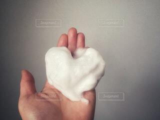 泡立てた洗顔料を持つ手の写真・画像素材[4174290]