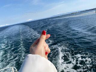 知床連山を望む海の上で指ハートの写真・画像素材[4205434]