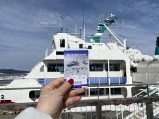 砕氷船とチケットを持つ手の写真・画像素材[4206645]