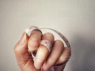 メジャーを握る手の写真・画像素材[4235099]
