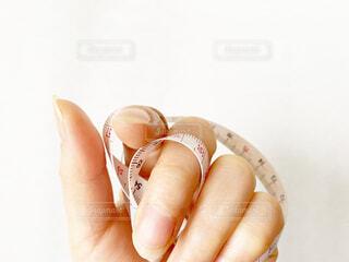 メジャーを握る手の写真・画像素材[4235101]