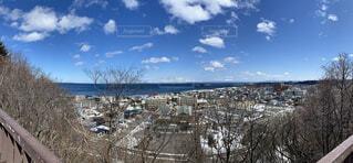 知床連山とオホーツク海が見える街並みの写真・画像素材[4280090]