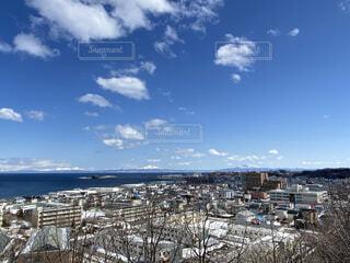 知床連山とオホーツク海が見える街並みの写真・画像素材[4280080]