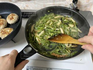 メイン料理と副菜を調理している人の写真・画像素材[4280302]