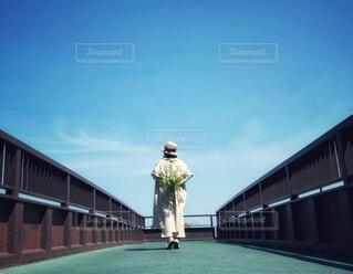 歩道橋で花束を持っている女性の写真・画像素材[4539285]