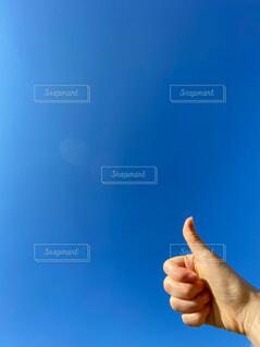 青い空とハンドサインの写真・画像素材[4546831]