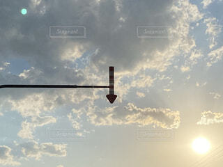 空と矢印の標識の写真・画像素材[4565829]