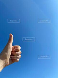 青い空とハンドサインの写真・画像素材[4584038]