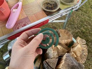 キャンプ場でテーブルに蚊取り線香の準備をしているの写真・画像素材[4596299]