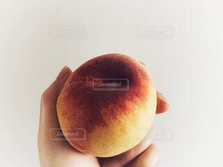 桃を持つ手の写真・画像素材[4628879]