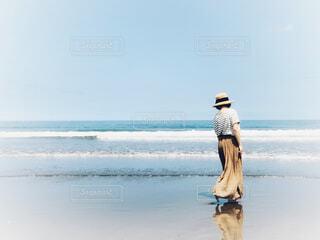 裸足で砂浜を歩いている女性の写真・画像素材[4628932]