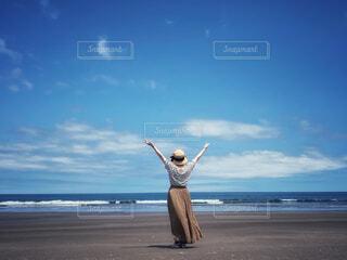 海岸でポーズをとる女性の写真・画像素材[4628976]