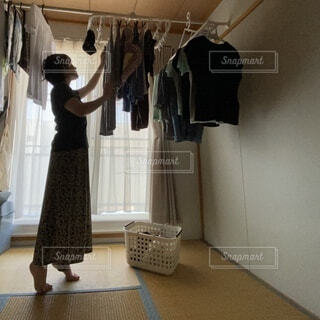 女性が部屋干しをしているところの写真・画像素材[4639530]
