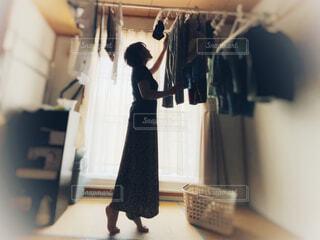 女性が部屋干しをしているところの写真・画像素材[4639536]