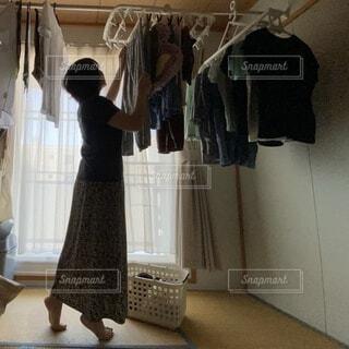 女性が部屋干しをしているところの写真・画像素材[4639548]
