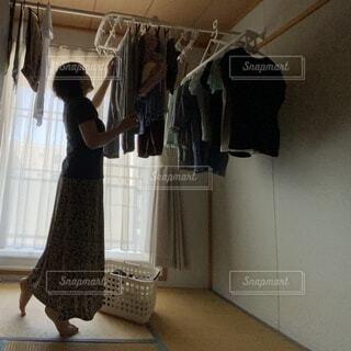 女性が部屋干しをしているところの写真・画像素材[4639555]