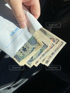 車内で現金を持つ手の写真・画像素材[4729283]