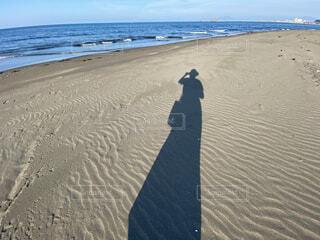 砂浜の人物の影の写真・画像素材[4733477]