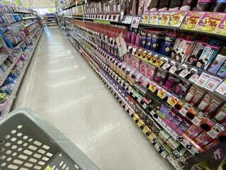 ドラッグストアのヘアケア商品が並ぶ棚の写真・画像素材[4772071]